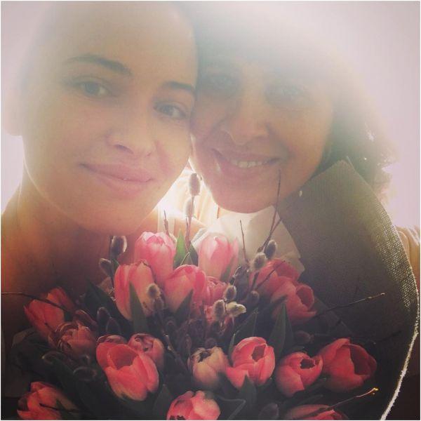 В праздничный  день Даша Астафьева показала поклонникам букет из тюльпанов и свою маму