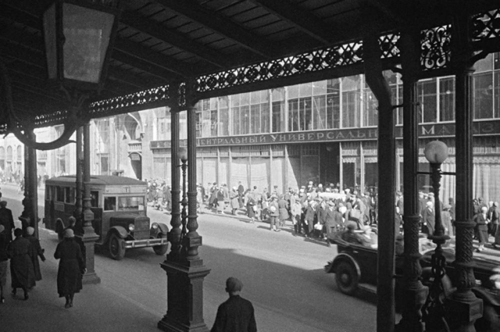 На улице Петровка в Москве. Май 1945 года.
