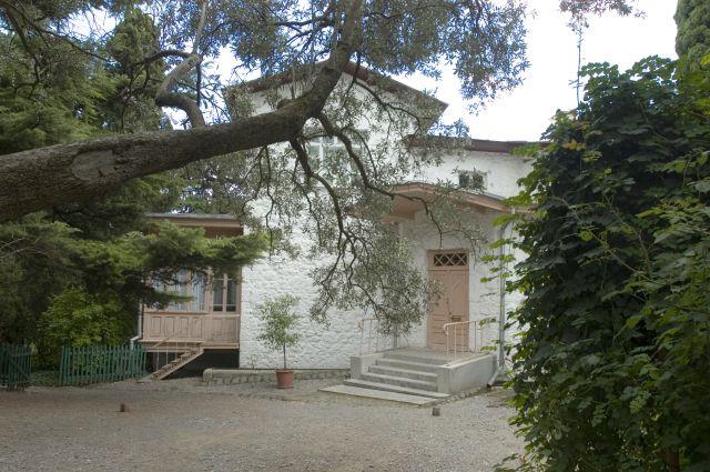 Казалось, что дом не строился, а вырастал прямо из сада.