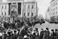 Очередь желающих попрощаться с покойным Иосифом Сталиным возле Дома Союзов в Москве.