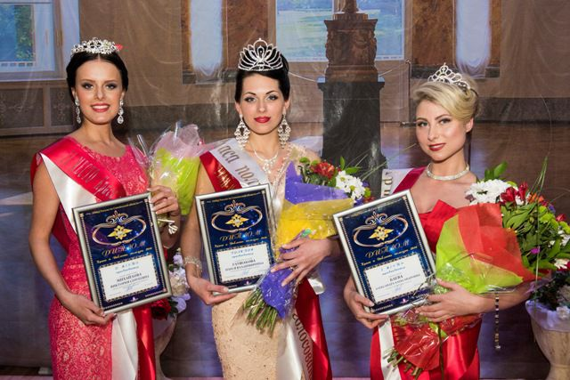 Обладательницей Гран-при конкурса стала младший лейтенант полиции Олеся Глушакова (на фото в центре).