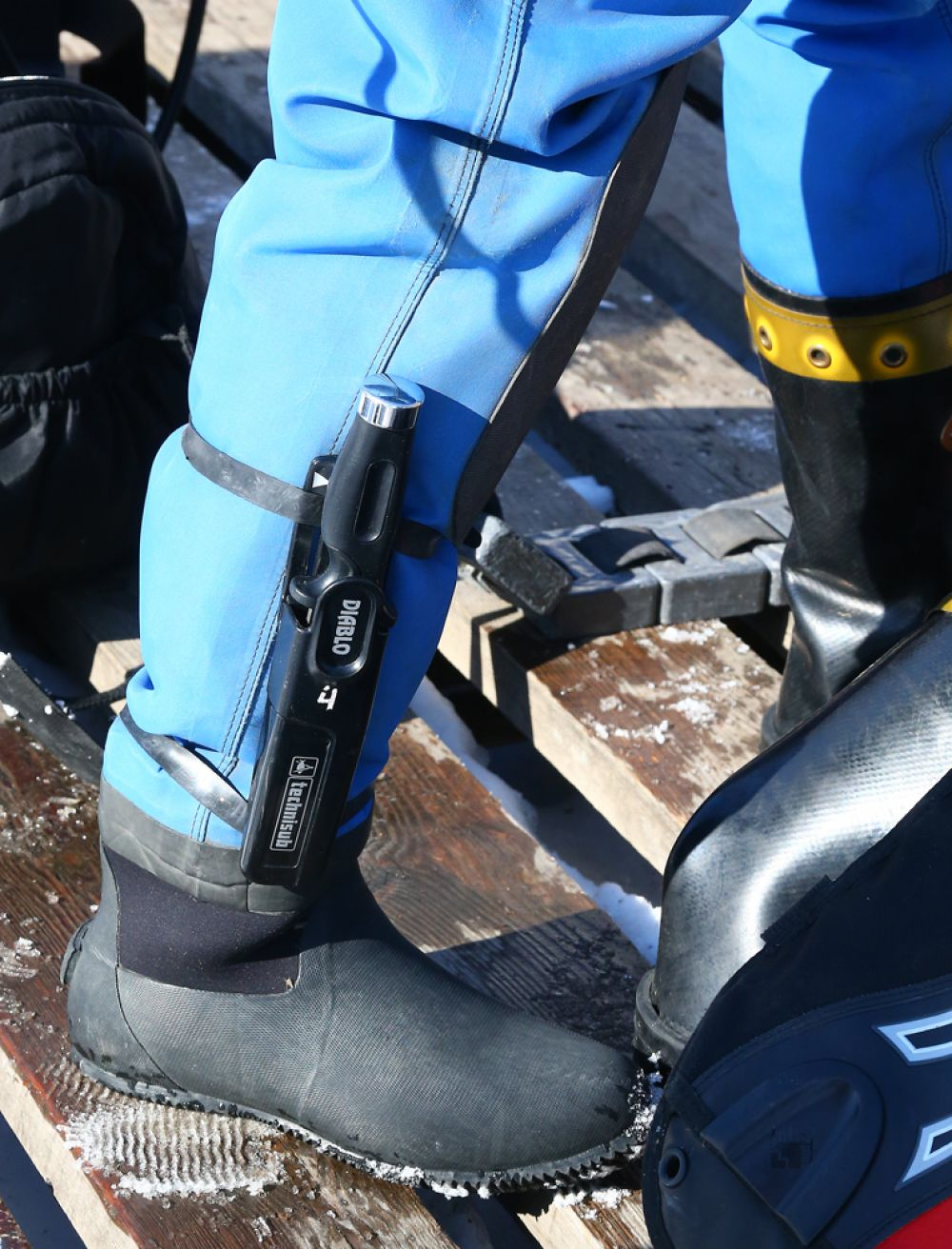 На случай форс-мажорных обстоятельств в комплекте спасателей есть нож