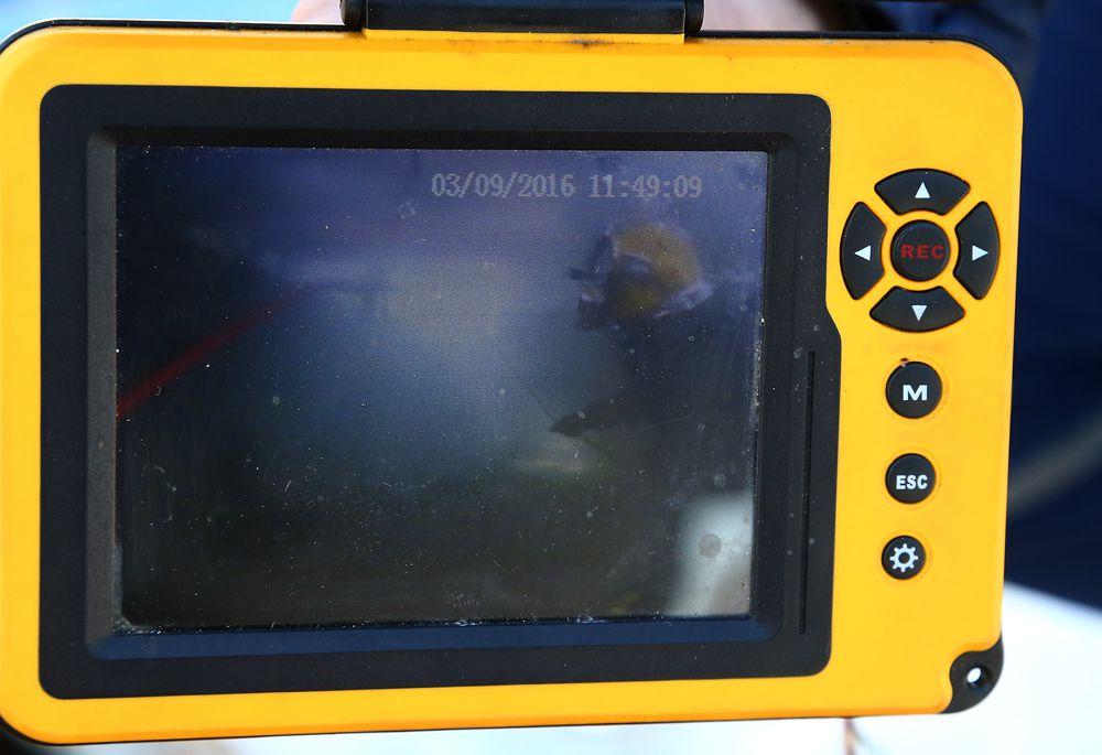 На небольшой экран поступает видео с камер водолазов