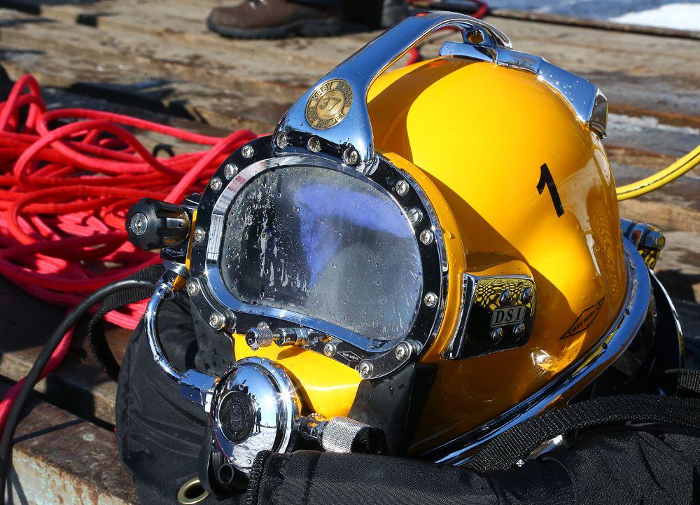 Костюм водолазов удерживает тепло под водой и не дает спасателям замерзнуть