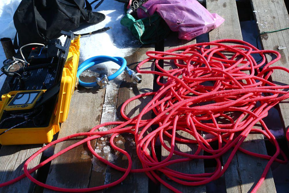 Веревки не дают водолазам уйти на дно из-за подводных течений