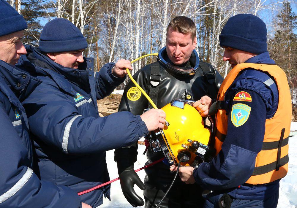Спасатель первого класса Сергей Притуленко готовится к погружению