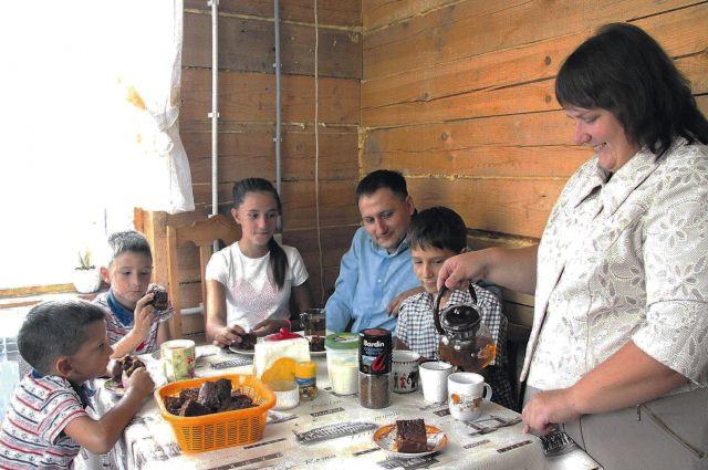 Самые счастливые минуты, когда семья собирается за общим столом.