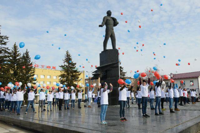 Праздник у памятника Юрию Гагарину на главной площади Гагарина.