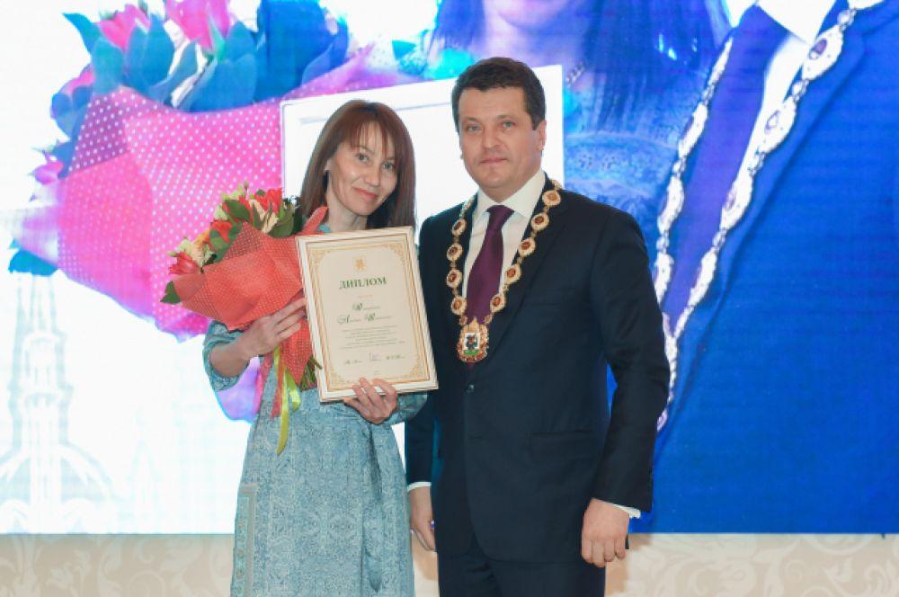 В номинации «Педагог-психолог» победительницей стала сотрудница школы №153 Кировского района Альбина Шакирова.