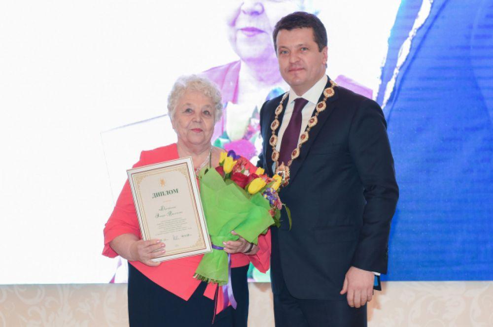 В номинации «Ветеран-педагог» первым местом отметили заслуги учителя истории школы №55 Эльвиры Дорофеевой.