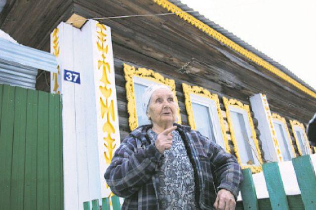 Классика и современность: резные наличники на пластиковых окнах. Дом бабы Мани Пазниковой, старожила села Юшково.