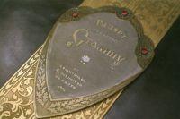 Обложка «Рапорта» изготовлена из кожи шевро и отделана златоустовской гравюрой.