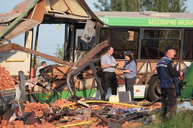 Автобус столкнулся с гружёным кирпичами КамАЗом.