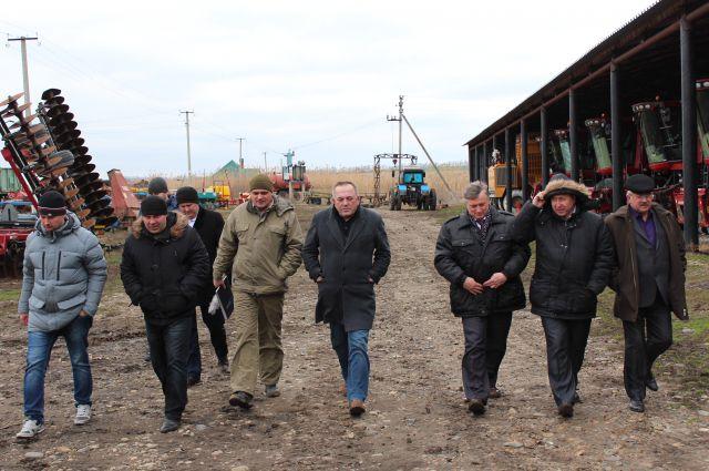 Руководство и ведущие специалисты минсельхоза проверяют готовность техники в Изобильненском районе.