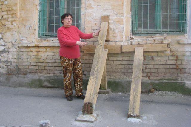 Дом в Ростове по адресу: ул. Шаумяна, 46, - от обрушения спасают только самодельные подпорки.