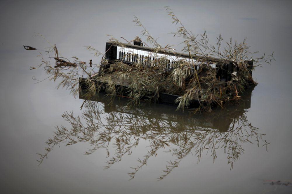Плавающий рояль в затопленном городе Рикудзентаката ,21 марта 2011 года.