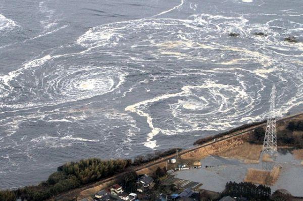 Водовороты рядом с городом Иваки, образовавшиеся после после цунами и землетрясения, 11 марта 2011 года.