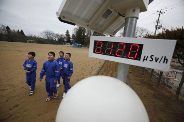 Школьники возле счетчика Гейгера в городе Минамисома, расположенном примерно в 21 км АЭС Фукусима-1, 8 марта 2012 года.