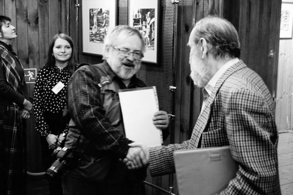 Заслуженный художник России Борис Склярук подарил автору на память гравюру.