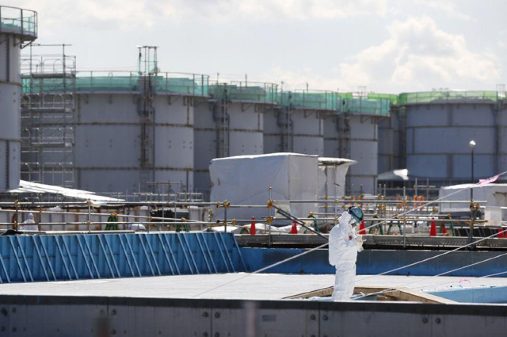 Рабочие в защитных костюмах и масках на АЭС Фукусима-1, март 2016 года.