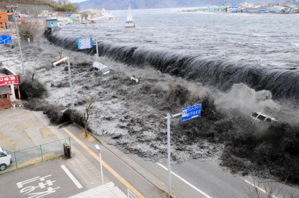 Цунами, приближающееся  к городу Мияко, 11 марта 2011 года.