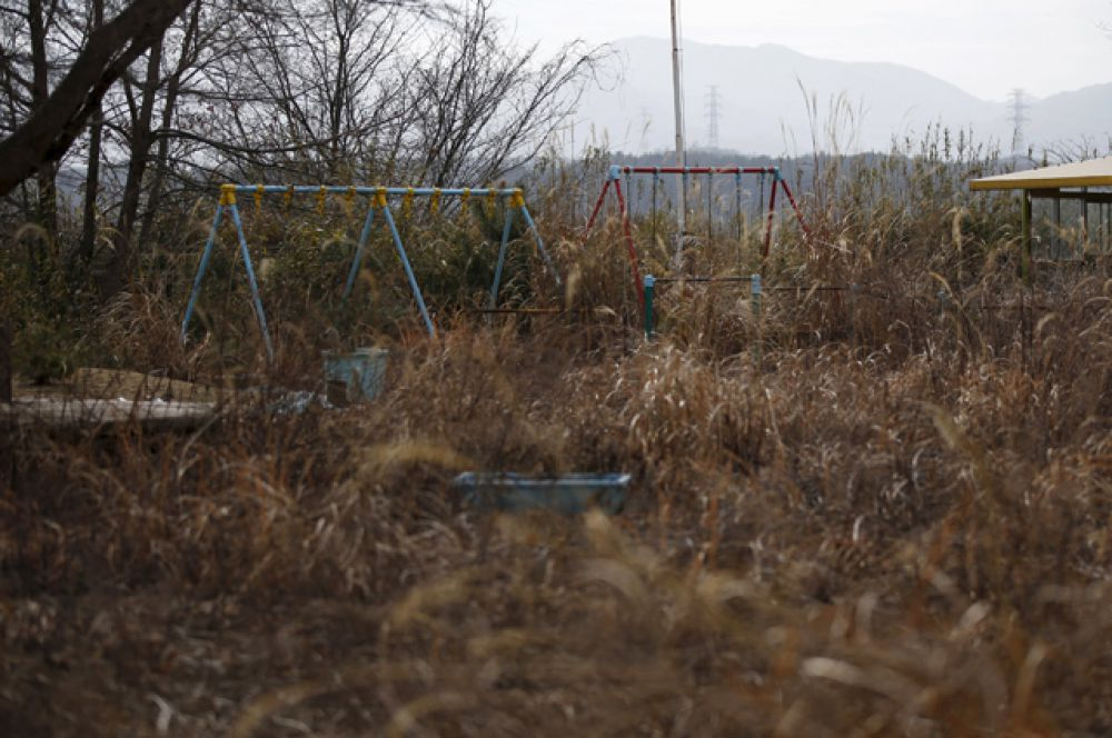 Качели в детском саду в зоне отчуждения недалеко от АЭС Фукусима-1, 13 февраля 2016 года.