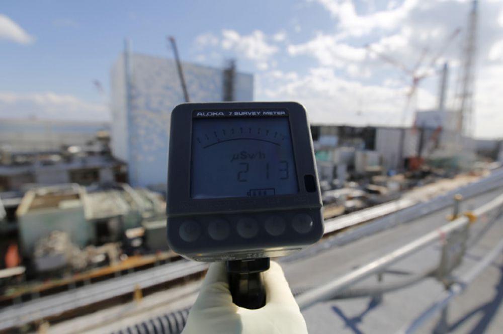Показания счётчика Гейгера напротив второго и третьего блоков на АЭС Фукусима-1, март 2016 года.