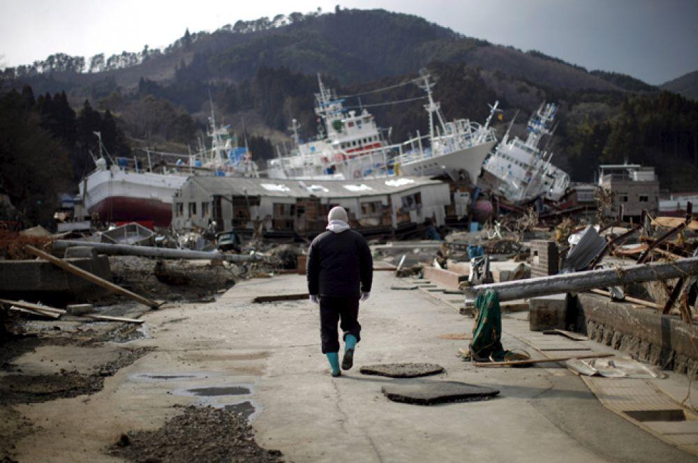 Уничтоженная портовая зона в городе Кесеннума в префектуре Мияги, 28 марта 2011 года.