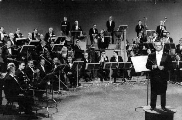 Несмотря на Великую депрессию, период 1930 – 1950 годов стал «золотым веком» танго. Было создано множество ансамблей, в состав которых входили выдающиеся композиторы и исполнители танго, ставшие сегодня классиками стиля: Аннибал Тройло, Освальдо Пульезе, Астор Пьяццолла (на фото) и другие.