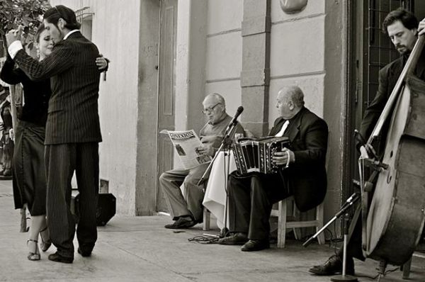 В 1950-х годах из-за смены политического режима в стране танго пришлось уйти в тень. В 1960-70-х годах про танец и вовсе практически забыли, в это время среди аргентинской молодежи популярны другие танцы и формы общения.
