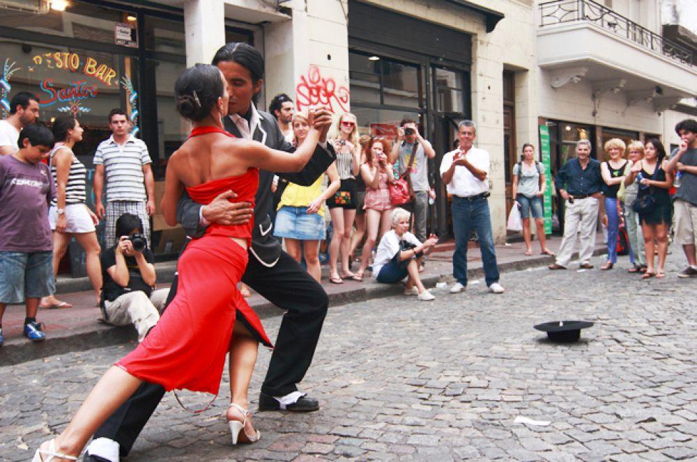 В 90-е годы на смену классическому танго пришло современное аргентинское «танго-нуэво», в котором новое поколение танцоров экспериментирует по части оригинальности шагов, стремясь найти свой собственный неповторимый стиль.