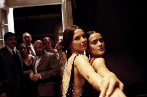 В начале ХХ века Аргентина бурно развивалась, налаживая торговые связи с Европой. Танцоры и оркестры из Буэнос-Айреса и Монтевидео отправлялись в Париж, где состоялся первый европейский показ танго, а вскоре после этого — в Лондон, Берлин и другие столицы. К концу 1913 года танец попал в Нью-Йорк, США и Финляндию.