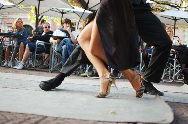 Возрождение танго началось в 1983 году после открытия в Нью-Йорке шоу Forever Tango, принёсшую танцу новую волну популярности. Новое танго заметно отличалось от прежнего: простые шаги и сменились резкими страстными движениями, появились прыжки и поддержки.