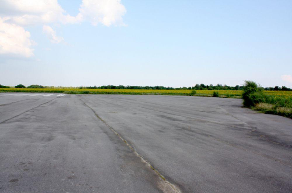 Длина ВПП - 2200 метров, сейчас она находится в федеральной собственности...