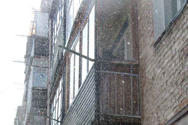 Весной с некоторых домов льют настоящие водопады. И хорошо, если попутно они не попадают в квартиры.