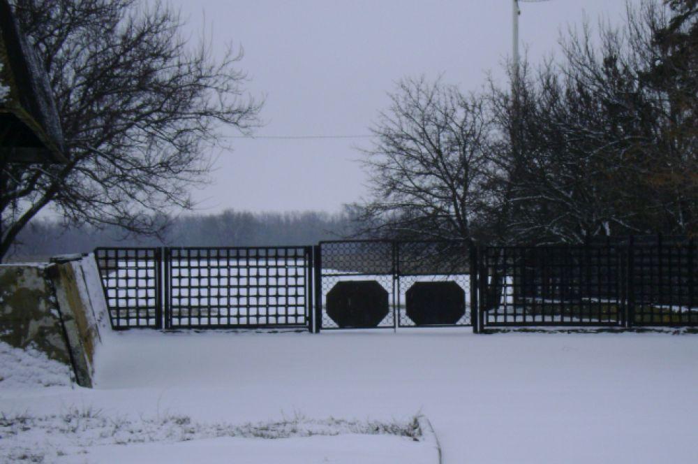 За этими воротами - взлётно-посадочная полоса. Здесь встречали прилетающих в Волгодонск из примерно 15 городов СССР.