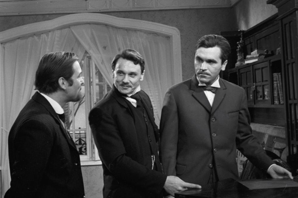 Актёр Владимир Костин (слева), народный артист РСФСР Георгий Юматов (в центре) в фильме «Опасные гастроли», 1969 год.