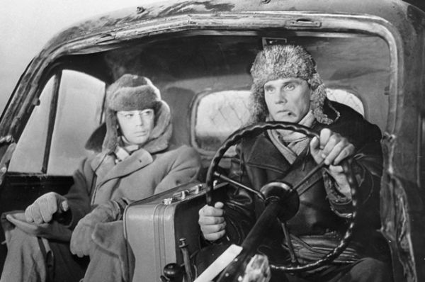 Александр Демьяненко (слева) в роли Сироткина и Георгий Юматов (справа) в роли Николая на съёмках художественного фильма «Порожний рейс» 1963 года режиссёра Владимира Венгерова.