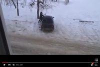 Омичка отметила 8 марта, разбив кувалдой чужую машину.