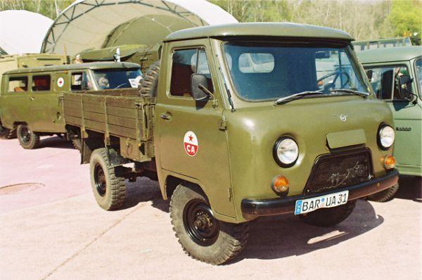 Например, УАЗ-452Д — грузовик с двухместной кабиной и деревянным кузовом.
