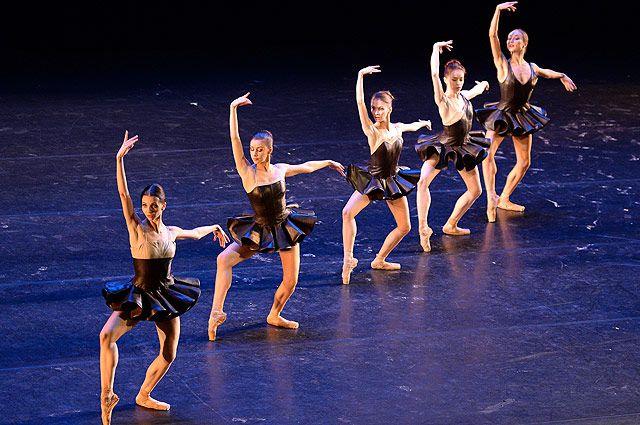 Сцена из одноактного балета Cinque (Чинке).
