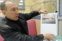 Владимир Комаров показывает подвал, где должен быть спортклуб.