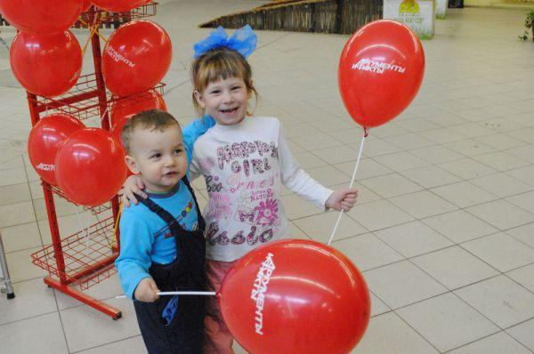 ...Дети активно расхватывают фирменные аифовские шарики