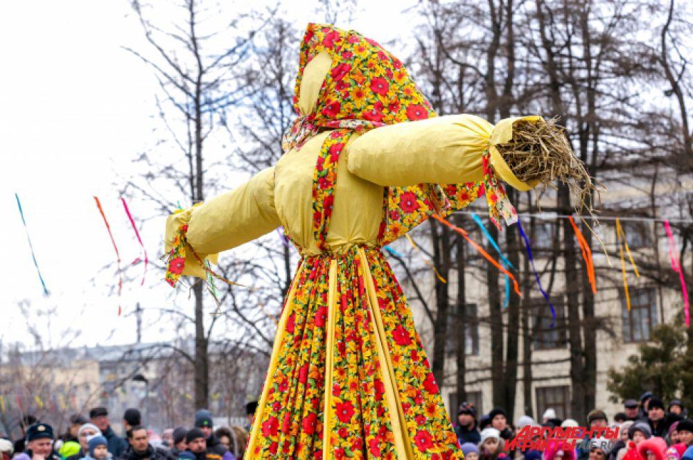 Чучело Масленицы символизирует зиму.