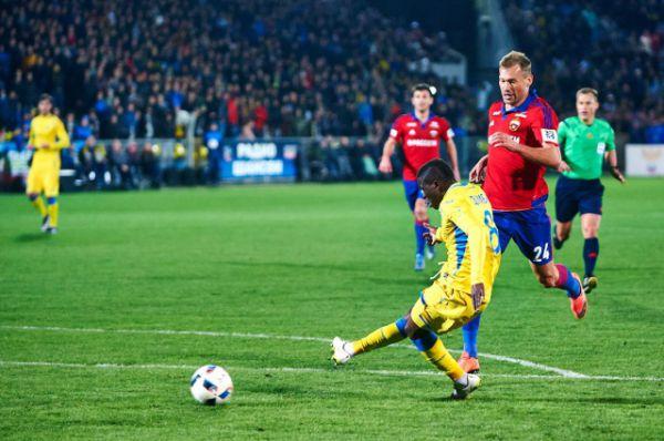 Защита армейцев во главе с Алексеем Березуцким не успевает за малышом Думбией, африканский легионер ставит эффектную точку в игре, забив Игорю Акинфееву на последней минуте поединка – 2:0.