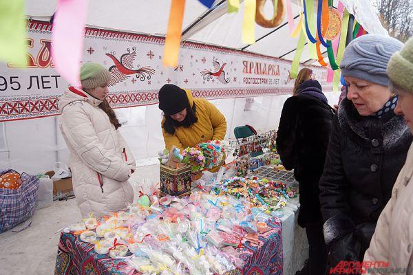 Рядом работала весенняя ярмарка народных промыслов.