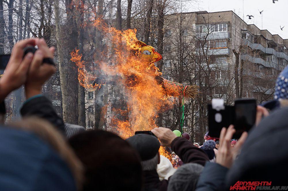 Центральным  событиям дня стало сжигание чучела Масленицы.