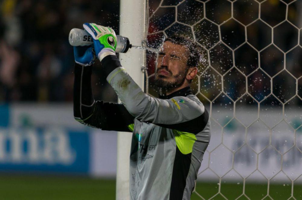 Вратарь «Ростова» Сослан Джанаев за 20 туров чемпионата страны меньше всех пропустил голов – 16. Но его в сборную России не вызывают.