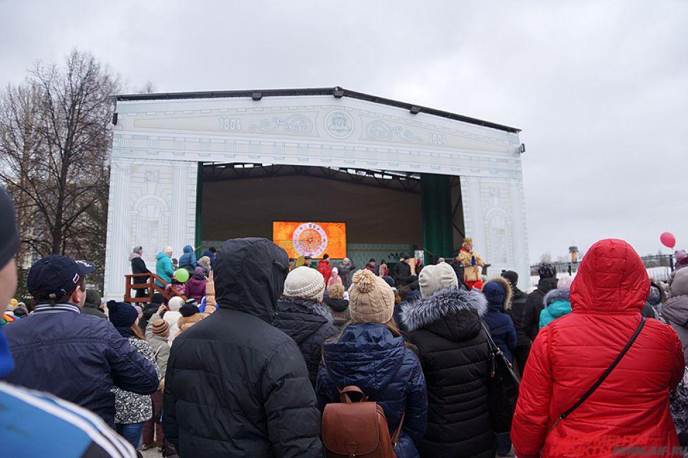 Также на сцене проходили весёлые конкурсы с подарками.