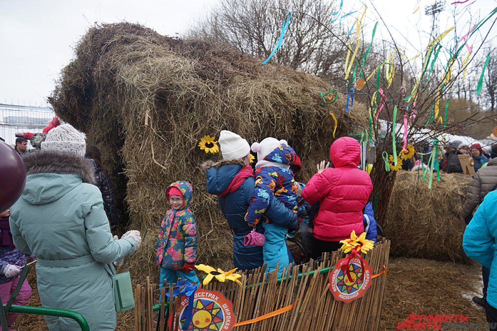 Неподалёку расположилась резиденция Бабы Яги, созданная из сена. Детвора почти не вылазила оттуда.